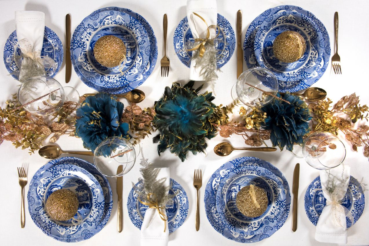 We all want a beautiful Christmas table. But you donu0027t need to buy new dinnerware! Pair your everyday tableware with plenty of Christmas decorations to give ... & A Blue Italian Christmas - TeacupsAndTales