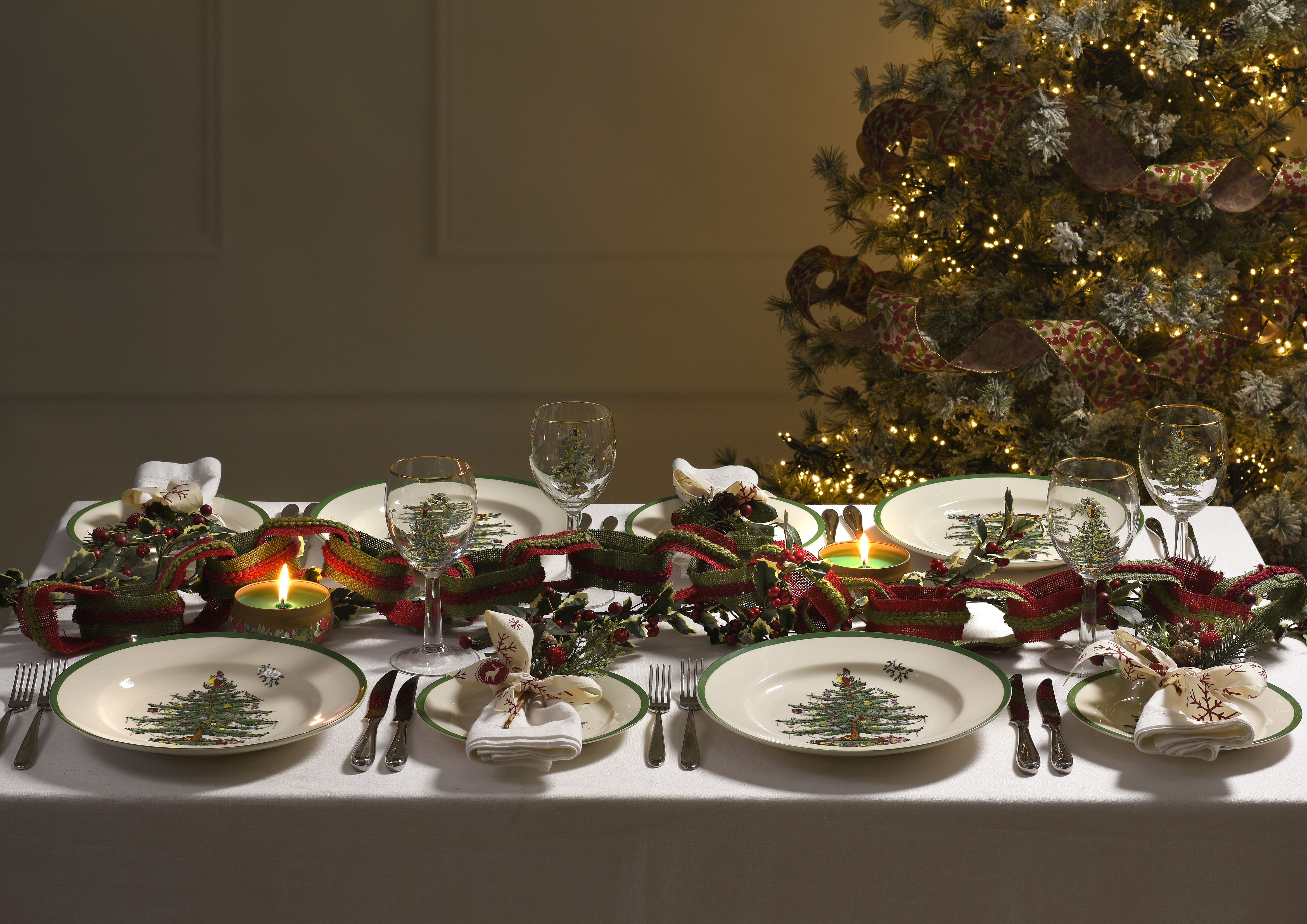 How to Put a Contemporary Spin on Traditional Christmas Dinnerware